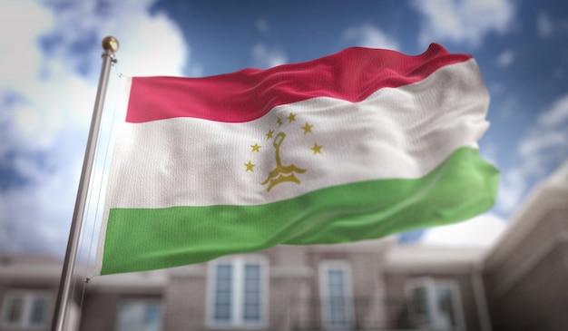 Drapeau du tadjikistan rendement 3d sur fond de construction de ciel bleu