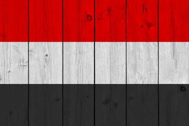 Drapeau du yémen peint sur une vieille planche de bois