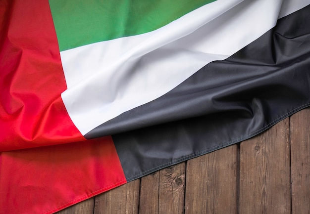Drapeau des émirats arabes unis et place pour le texte sur un fond en bois sombre.