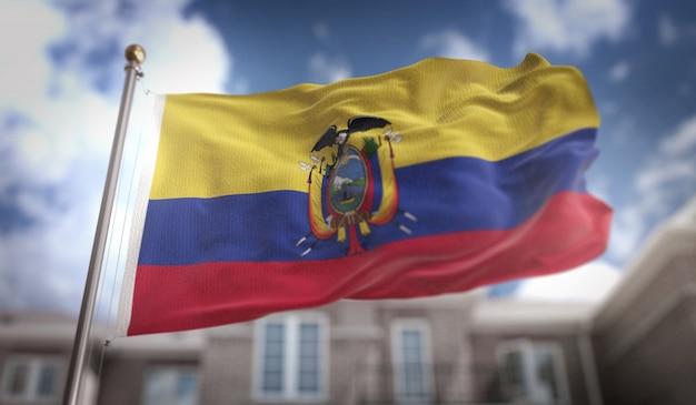 Drapeau équatorien rendu 3d sur fond bleu de fond de ciel