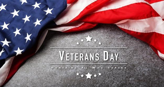 Drapeau des états-unis d'amérique au-dessus de la tête, souvenir commémoratif et merci du héros