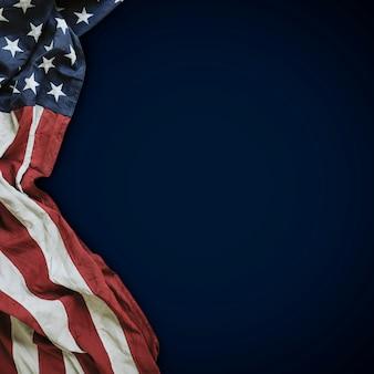 Drapeau des états-unis d'amérique sur bleu