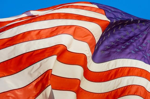 Drapeau des états-unis d'amérique dans la bannière de l'équipe de tissu de vent.