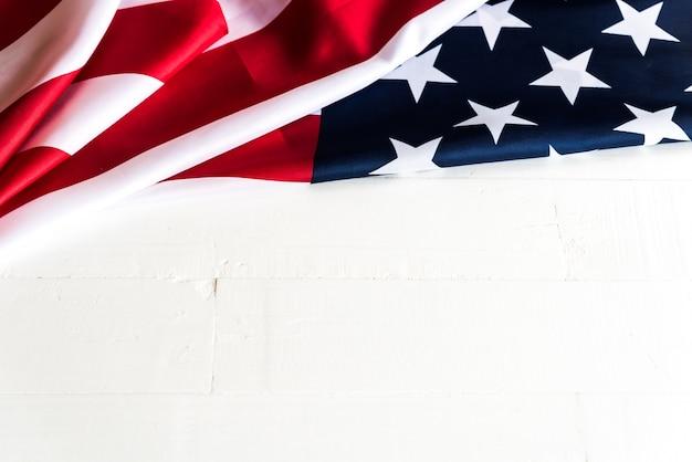 Drapeau des états-unis d'amérique sur un fond en bois blanc. jour de l'indépendance des états-unis.
