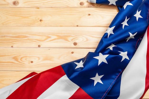 Drapeau des états-unis d'amérique sur fond en bois. états-unis: fête des anciens combattants, du mémorial, de l'indépendance et de la fête du travail.