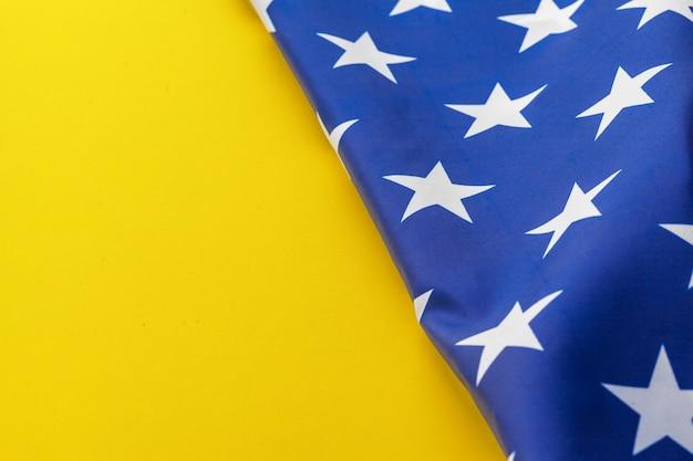 Drapeau des états-unis d'amérique sur fond jaune