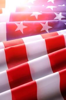 Drapeau des états-unis d'amérique. jour de l'indépendance et memorial day.stars and stripes.avec la lumière du soleil.
