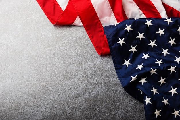 Drapeau des états-unis d'amérique, mémorial symbolisant et merci du héros, tourné en studio avec planche de béton copie espace