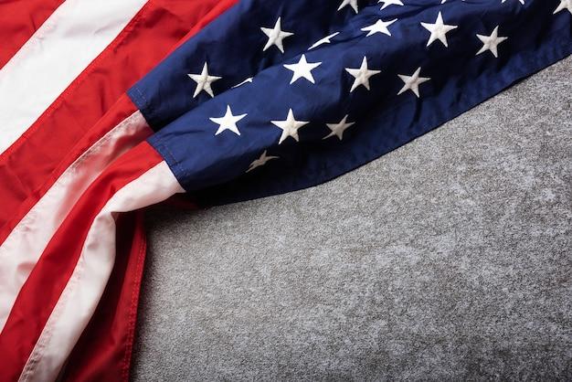 Drapeau des états-unis d'amérique, souvenir commémoratif et merci du héros, tourné en studio avec copie espace béton