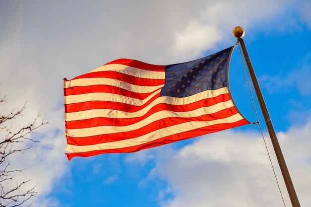 Drapeau des états-unis dans le vent avec un beau ciel en arrière-plan