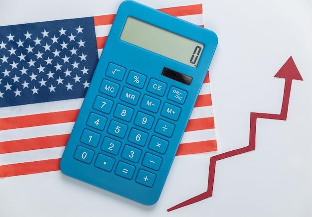 Drapeau des états-unis avec une flèche de croissance rouge et une calculatrice. graphique de flèche qui monte. la croissance économique