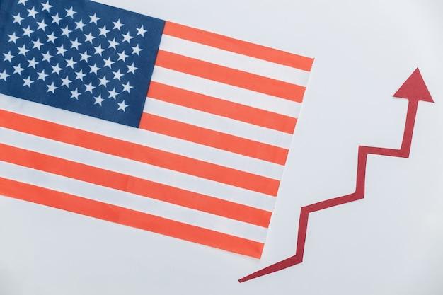 Drapeau des états-unis avec une flèche de croissance rouge. graphique de flèche qui monte. la croissance économique