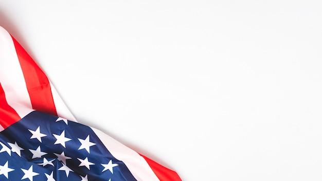 Drapeau des états-unis froissé sur fond blanc