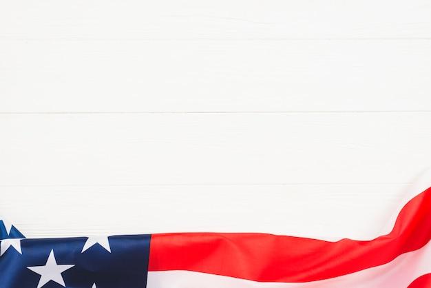 Drapeau des états-unis sur le platelage blanc