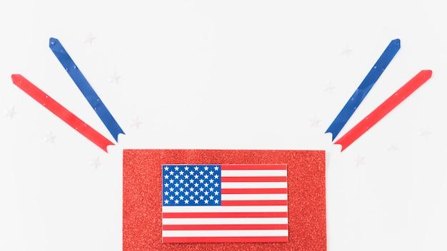 Drapeau des états-unis sur le velours avec des rubans