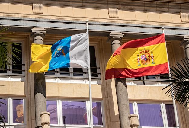 Drapeau européen et espagnol flottant dans le vent au palais du casino de tenerife