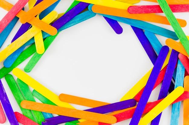 Drapeau de fierté avec des bâtons colorés