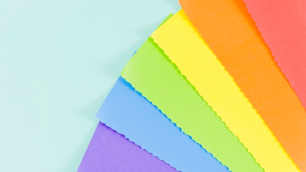 Drapeau de la fierté avec une feuille de papier coloré