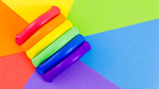 Drapeau de fierté avec de la peinture colorée