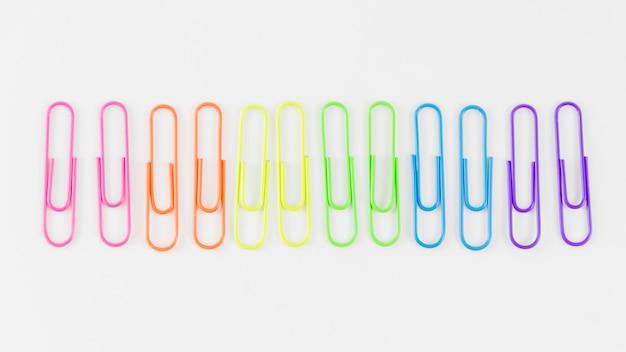 Drapeau de la fierté avec des trombones colorés