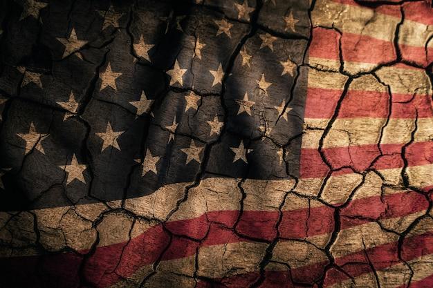 Le drapeau fissuré âgé des états-unis d'amérique est le jour de l'indépendance et le jour du souvenir.