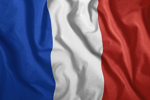 Le drapeau français flotte dans le vent