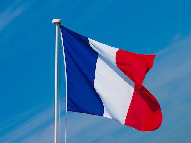 Drapeau français de la france sur ciel bleu