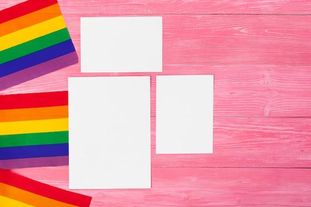 Drapeau gay arc-en-ciel lumineux sur fond en bois et espace vide