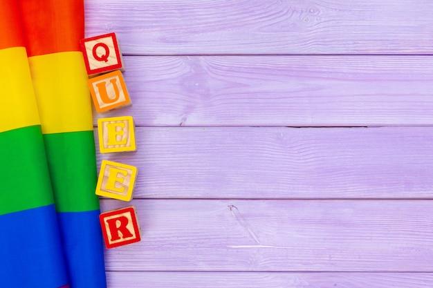 Drapeau gay pride sur fond de table en bois