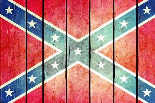 Drapeau grunge en bois confédéré.