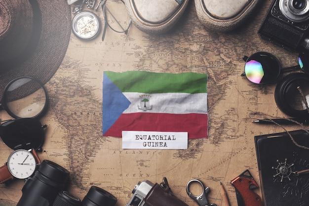Drapeau de la guinée équatoriale entre les accessoires du voyageur sur l'ancienne carte vintage. tir aérien