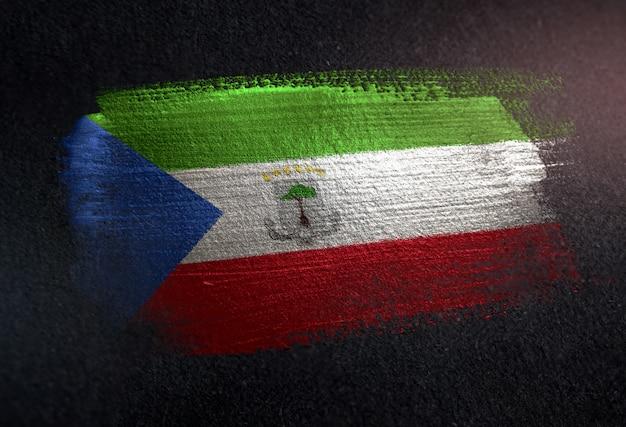 Drapeau de la guinée équatoriale fait de peinture brosse métallique sur mur sombre grunge