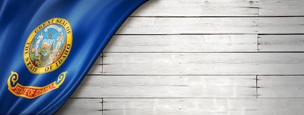 Drapeau de l'idaho sur fond de bois blanc, usa. illustration 3d