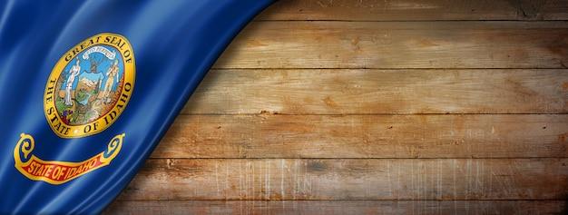 Drapeau de l'idaho sur le vieux mur en bois, usa. illustration 3d