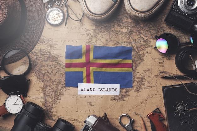 Drapeau des îles aland entre les accessoires du voyageur sur l'ancienne carte vintage. tir aérien
