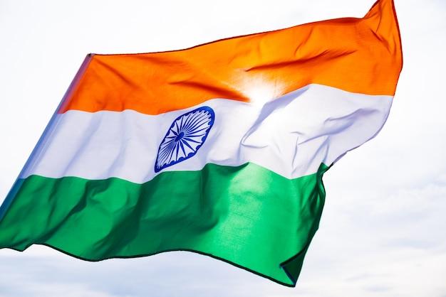 Drapeau de l'inde sur le fond de ciel bleu. jour de l'indépendance indienne