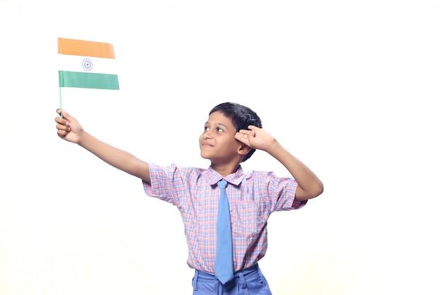 Drapeau indien dans la main de l'enfant