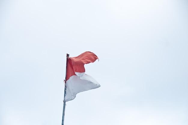 Drapeau indonésien rouge et blanc sur fond blanc