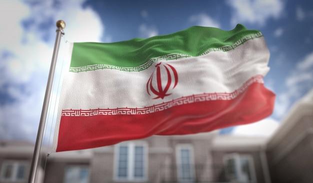 Drapeau de l'iran 3d rendue sur fond de construction de ciel bleu