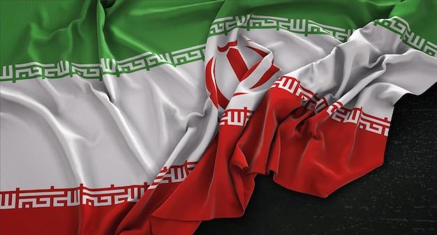 Drapeau iranien enroulé sur fond sombre 3d render
