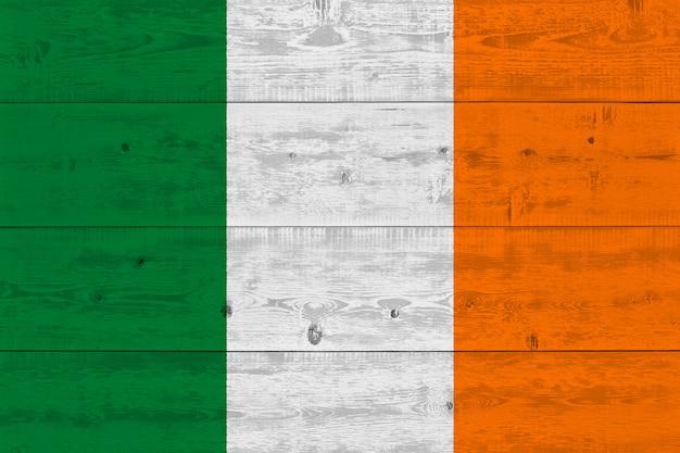 Drapeau de l'irlande peint sur une vieille planche de bois