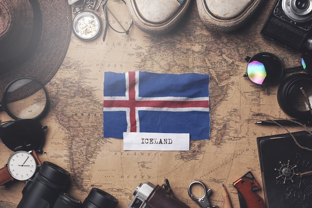 Drapeau de l'islande entre les accessoires du voyageur sur l'ancienne carte vintage. tir aérien