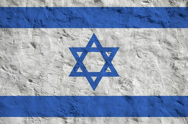Drapeau d'israël représenté dans des couleurs vives sur le vieux mur de plâtre en relief.