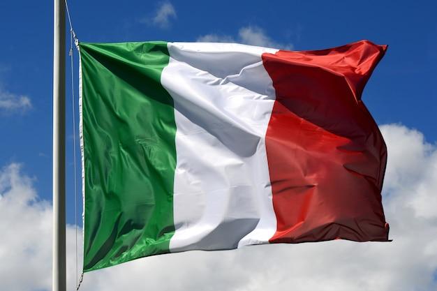 Drapeau d'italie flottant dans le vent