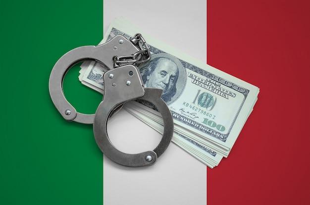Drapeau de l'italie avec des menottes et un paquet de dollars. la corruption monétaire dans le pays. crimes financiers