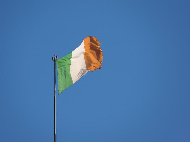 Drapeau italien de l'italie sur le ciel bleu