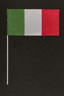 Drapeau italien tricolore vert blanc rouge sur fond noir