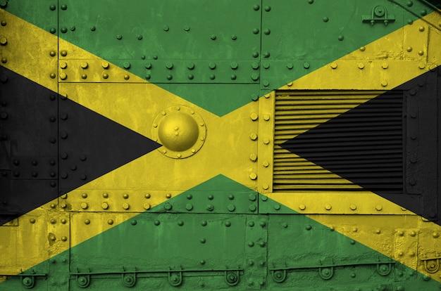 Drapeau de la jamaïque représenté sur la partie latérale d'un gros plan de char blindé militaire.