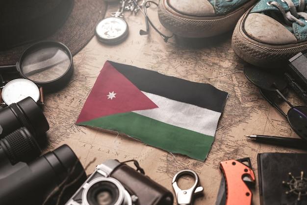 Drapeau de la jordanie entre les accessoires du voyageur sur l'ancienne carte vintage. concept de destination touristique.