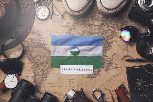Drapeau kabardino-balkarie entre les accessoires du voyageur sur l'ancienne carte vintage. tir aérien